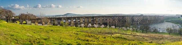 Aqueduc panoramique d'Amoreira dans la ville de la région d'Elvas l'Alentejo PO Photos stock