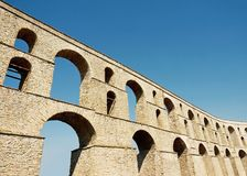Aqueduc romain antique Image stock