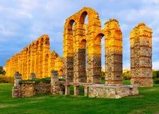 Aqueduc romain dans des lumières de soirée Mérida Photographie stock libre de droits