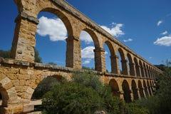 Aqueductunder romano um céu ensolarado Imagens de Stock Royalty Free