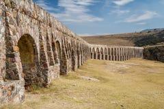 Aqueduto de Arcos del Sitio para a fonte de água em Tepotzotlan Fotografia de Stock