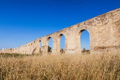 Aqueduto de Kamares, Bekir Pasha Aqueduct Larnaca, Chipre Paisagem do panorama do por do sol fotos de stock royalty free