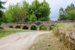 Aqueduto hace a Mosteiro de Pombeiro Foto de archivo libre de regalías