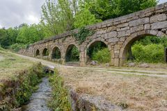 Aqueduto hace a Mosteiro de Pombeiro Fotos de archivo libres de regalías