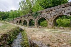Aqueduto hace a Mosteiro de Pombeiro Imagen de archivo libre de regalías