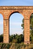 Aqueduto italiano antigo na luz da noite fotografia de stock royalty free