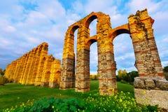 Aqueduto romano em luzes da noite Merida, Espanha Fotografia de Stock