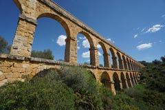 Aqueduto romano sob um céu ensolarado Imagens de Stock