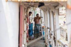 Aquele era divertimento em alguns trabalhadores do navio em áreas de Sadarghat do rio de Karnafuli, Chittagong, Bangladesh Fotos de Stock Royalty Free