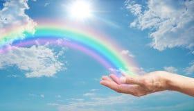Aqui ` s um arco-íris bonito para você fotos de stock