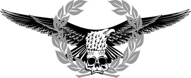 Aquila che si siede sul cranio Fotografia Stock