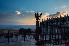Aquila a due punte dello stato bronzeo sul recinto di Alexander Colu immagini stock