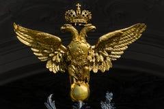 Aquila a due punte dorata sui portoni della musa dell'eremo dello stato fotografia stock libera da diritti