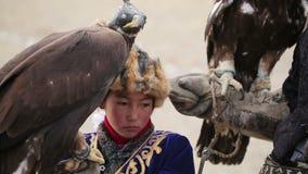 Aquila reale sulla ragazza della mano stock footage