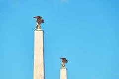 Aquile dorate sulle colonne all'entrata principale del palazzo di Schonbrunn a Vienna immagini stock libere da diritti