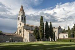 AQUILEIA, WŁOCHY, KWIECIEŃ 26, 2014: Niezidentyfikowany turysta odwiedza Patriarchalną bazylikę Aquileia obrazy stock