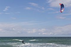 Aquilone che pratica il surfing alla spiaggia di Tisvilde, Danimarca Immagine Stock