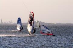 Aquilone che pratica il surfing e che fa windsurf Immagini Stock Libere da Diritti