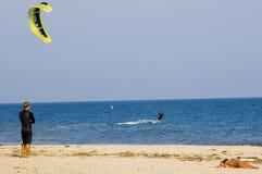 Aquilone che pratica il surfing, imbarco dell'aquilone immagini stock libere da diritti