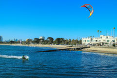 Aquilone che pratica il surfing la spiaggia della st Kilda dell'Australia Melbourne Immagini Stock Libere da Diritti
