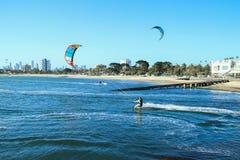 Aquilone che pratica il surfing la st Kilda della città dell'Australia Melbourne Fotografia Stock