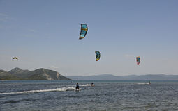Aquilone che pratica il surfing vicino a Blace Fotografia Stock