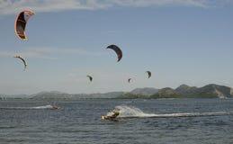 Aquilone che pratica il surfing vicino a Blace Fotografie Stock