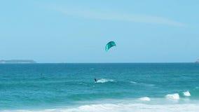 Aquilone dell'uomo che pratica il surfing in Florianpolis, Brasile video d archivio