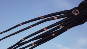 Aquilone di tentacoli del pallone nella forma di polipo video d archivio