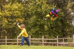 Aquilone di volo del bambino piccolo Immagine Stock