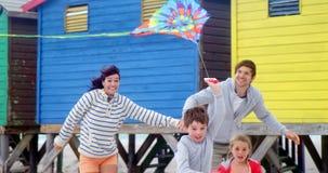 Aquilone di volo della famiglia alla spiaggia archivi video