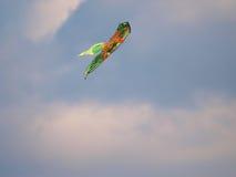 Aquilone di volo nel cielo Fotografie Stock