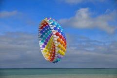 Aquilone multicolore dell'aria nel cielo nell'Oceano Atlantico immagine stock libera da diritti