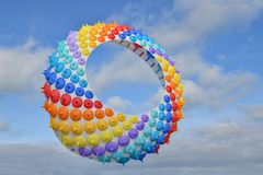Aquilone multicolore dell'aria nel cielo nell'Oceano Atlantico fotografia stock