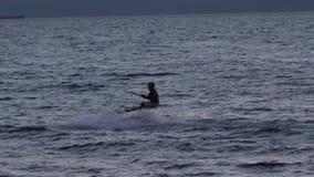 Aquilone-praticando il surfing contro un bello tramonto Siluetta di kitesurfer Feste sulla natura Immagine artistica archivi video