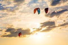 Aquilone-praticando il surfing e aquiloni nel cielo Attività ricreative, wate Immagini Stock