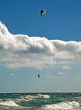 Aquilone-surfista che si libra sopra le onde Immagini Stock