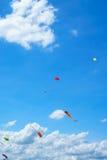 Aquiloni che volano nel cielo, divertimento ed emozionanti per i bambini Fotografie Stock