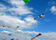Aquiloni in un cielo blu luminoso Fotografia Stock