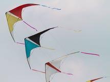 Aquiloni variopinti che volano in fila indiana nel cielo Fotografia Stock Libera da Diritti