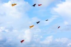 Aquiloni variopinti che volano nel cielo, festival dell'aquilone Cielo blu Immagini Stock Libere da Diritti
