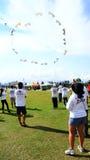 Aquiloni volanti della gente Fotografia Stock Libera da Diritti