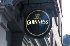 Aquisgrana, Renania settentrionale-Vestfalia/Germania - 06 11 18: la birra di guinness firma dentro Aquisgrana Germania fotografia stock