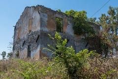 Aquisição maioritária da natureza de uma casa abandonada timeworn fotografia de stock