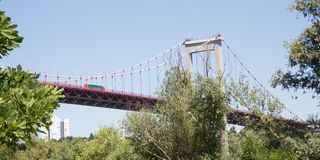 Aquitaine Bridge es puente colgante, un puente del camino y un acero fotos de archivo libres de regalías