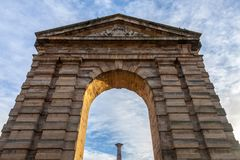 ` Aquitaine Aquitaine Gate de Porte d con su arco simbólico y columna en el la Victoire Square de del lugar en Burdeos, Francia fotografía de archivo
