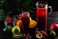 Arándano de la limonada - zarzamora en un jarro y un vidrio y una fruta imagenes de archivo