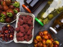 Arándano, feijoa, jugos del enebro y bayas frescas como fresa, frambuesa, cereza, concepto sano de la comida, rico en antioxidant fotografía de archivo