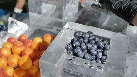 Arándano puro fresco y otras frutas sin los preservativos y las sustancias químicas en la rotación 4k de la cámara de la cámara l almacen de video