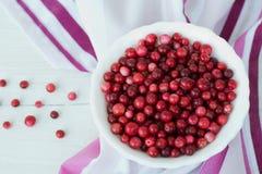 Arándano rojo y plato blanco en servilleta rosada Fotografía de archivo libre de regalías